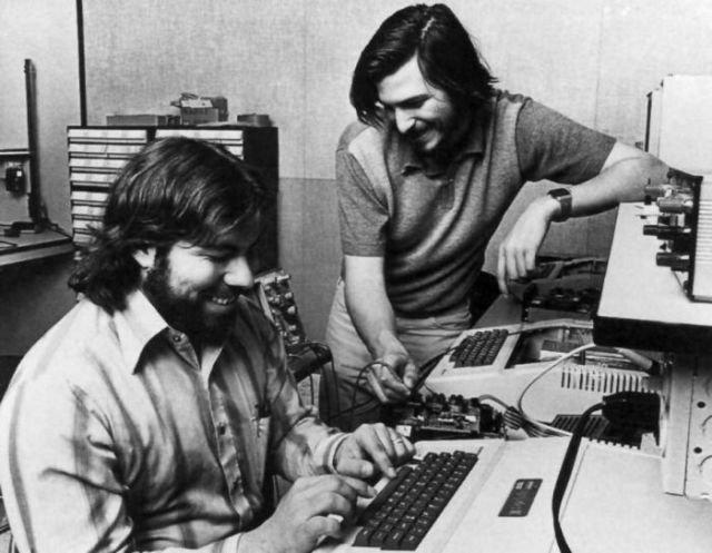 L'entreprise de technologie la plus viable au monde a vu ses débuts dans le garage des parents de Steve Jobs, en 1976, où il a fabriqué, à l'aide de son ami Steve Wozniak, 50 ordinateurs pour un détaillant local. Rien ne les a arrêté...